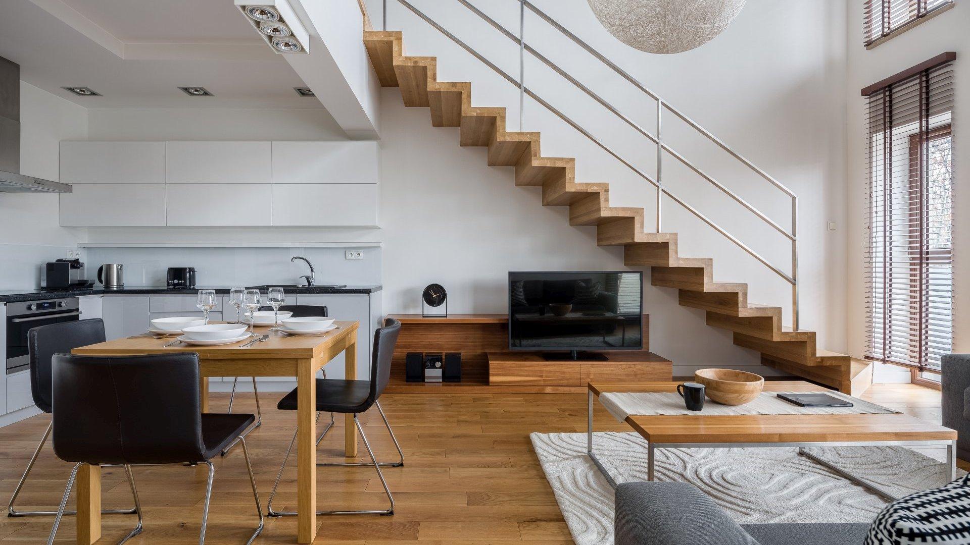 Dwupoziomowy apartament - drewniane schody | Projektowanie wnętrz | Wykańczanie wnętrz | Urządzamy podklucz