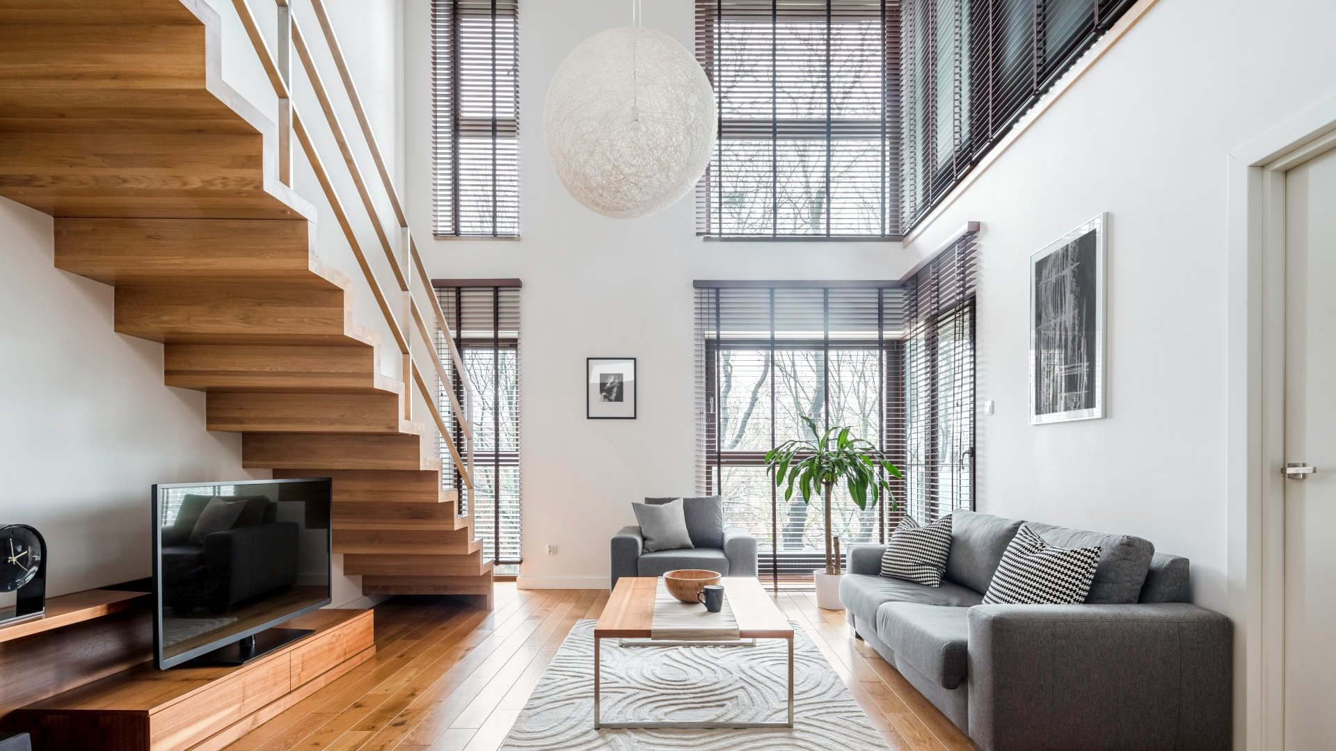 Przestronny salon- drewniane schody   Projektowanie wnętrz   Wykańczanie wnętrz   Urządzamy pod klucz
